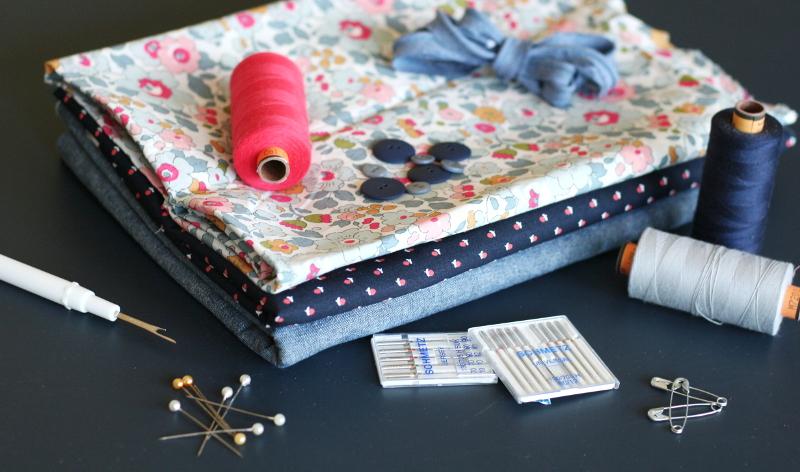 Materiel de couture : epingles, boutons, aiguilles, tissus, fils