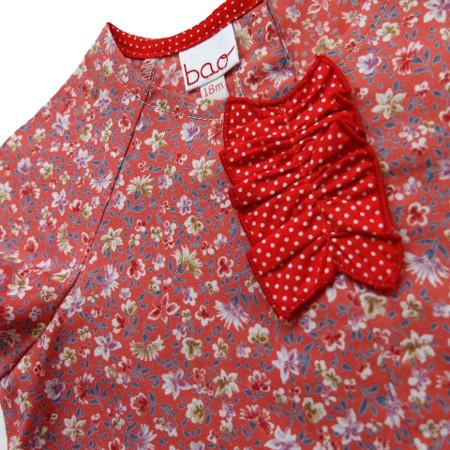 détail robe bébé bao - bais encolure et plastron rouge