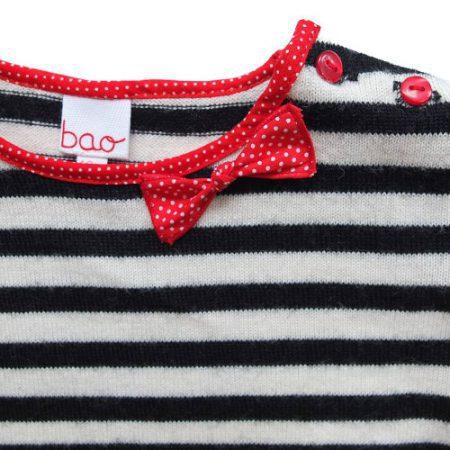 Détails pull bébé bao - nœud et boutons rouge à l'encolure