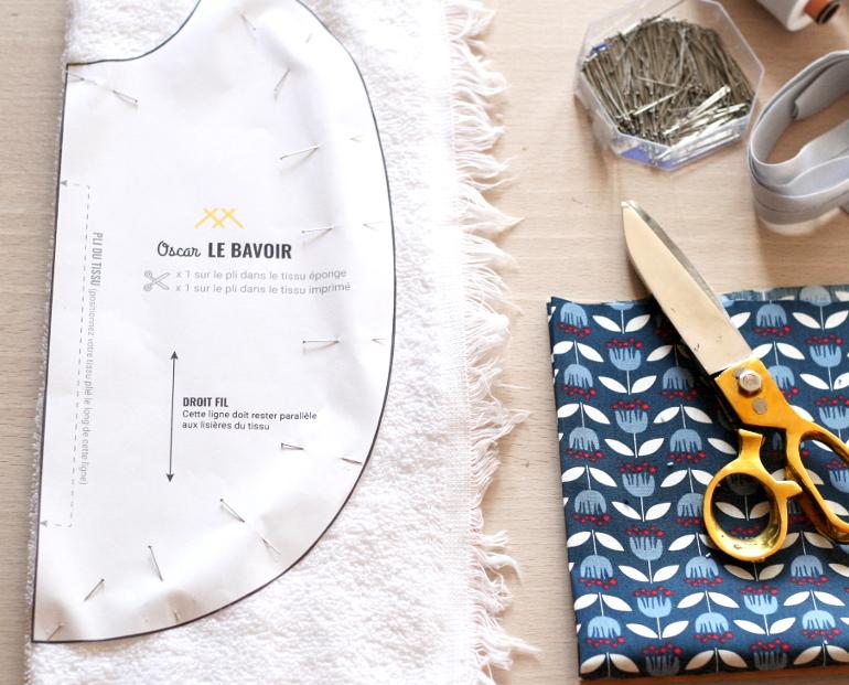 tuto couture bavoir oscar - epingler le patron sur le tissu eponge