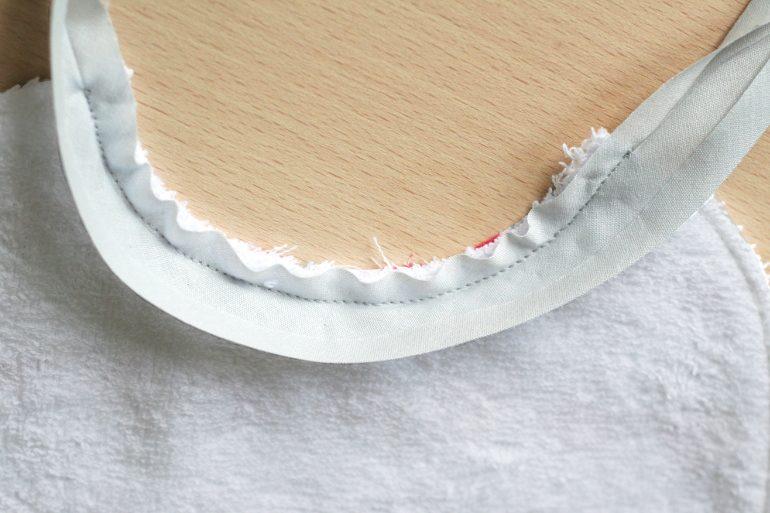 tuto bavoir oscar - coudre le biais sur le tissu éponge