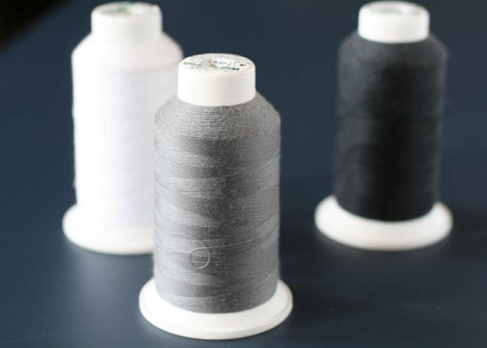 bobines de fil blanc gris et noir