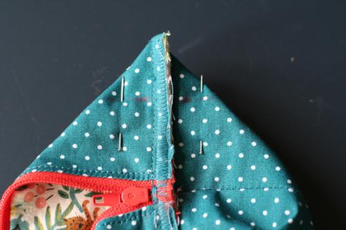 tuto trousse - formez les angles et cousez à 2,5 cm du bord