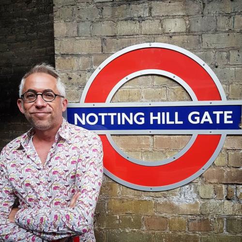 Olivier des Beaux Gosses devant Nottong Hill Gate à Londres