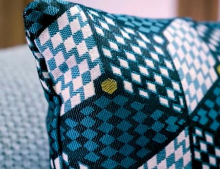 coussin motifs graphiques bleu - Mondial Tissus x Sophie Ferjani