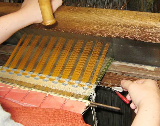 Technique de tissage du velours chaîne avec des fers