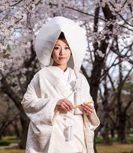Mariée au japon : kimono et coiffe blanche