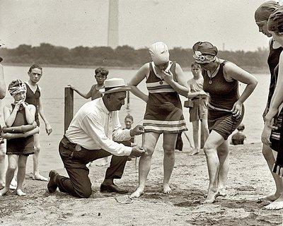 Un policier en civil mesure le maillot de bain d'une femme sur une plage de Washington en 1922.