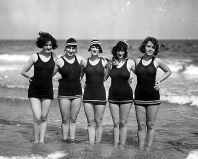 Femmes en maillots de bain en 1925