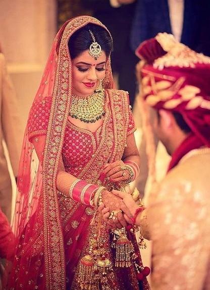 Mariée indoue en rouge vermillon