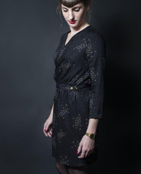 Robe portefeuille Madeleine vue de profil - patron de République du Chiffon