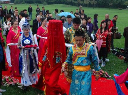 Mariage en Mongolie - robe et voile rouge