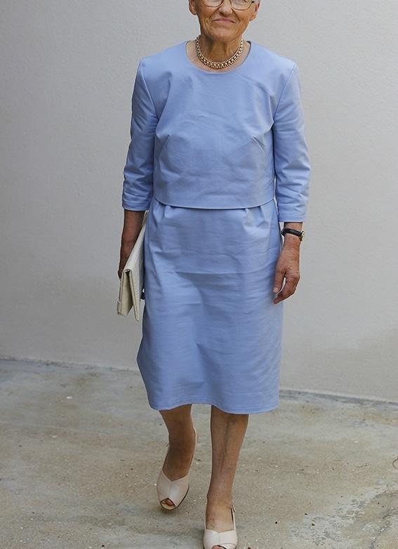 La grand-mère habillée en robe LAParisienne bleu ciel de Louis Antoinette