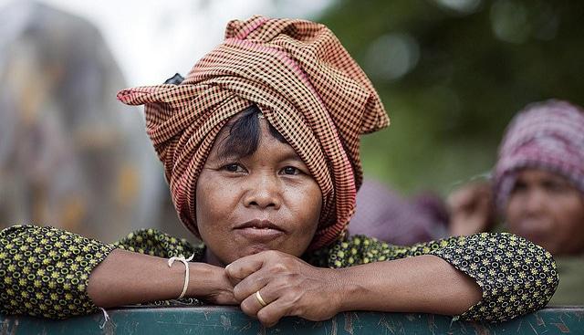 Femme portant un foulard à petits carreaux typique du Cambodge : le krama