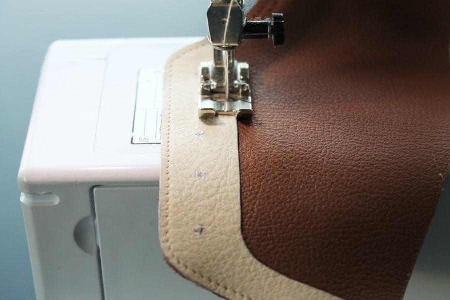Coudre du cuire à la machine à coudre familiale - crédit photo Julie Kansara
