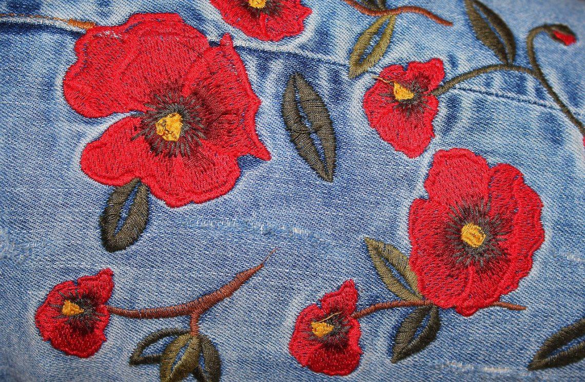 broderie fleurs sur du jeans