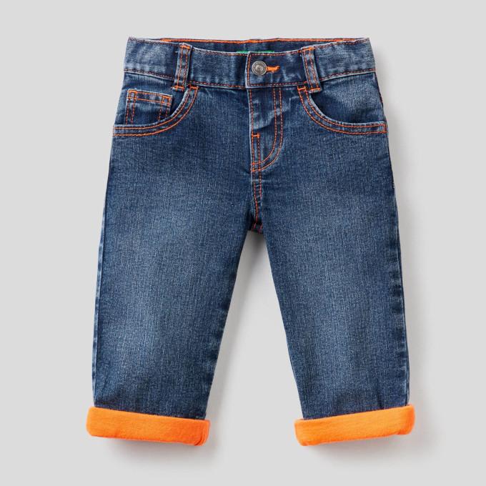 Jeans avec surpiqures et revers fluo ©Benetton